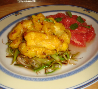 Рецепт Курица в кляре из куркумы и имбиря на подушке из лука-порея с грейпфрутовым салатом