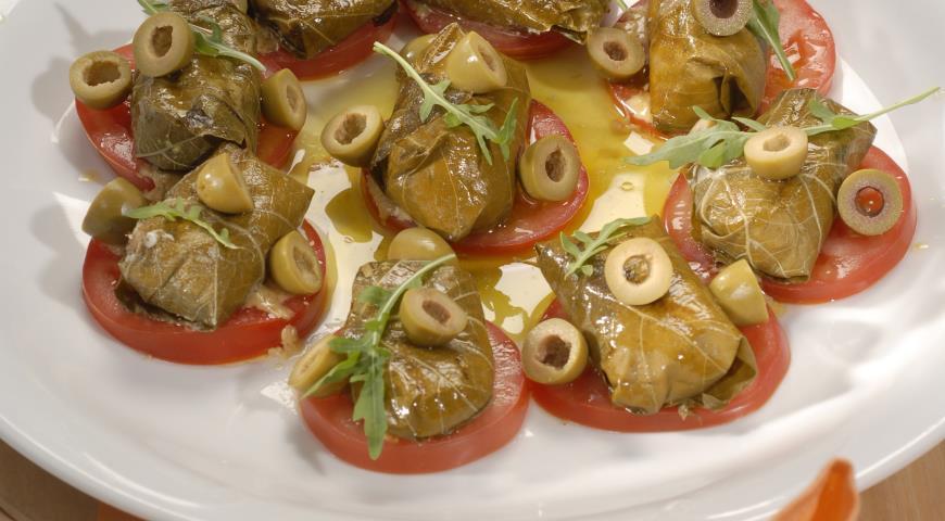 Рецепт Козий сыр в виноградных листьях с томатами и оливками