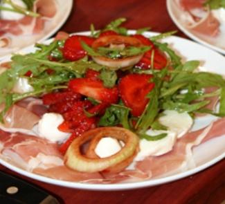 Рецепт Салат с моцареллой и клубникой