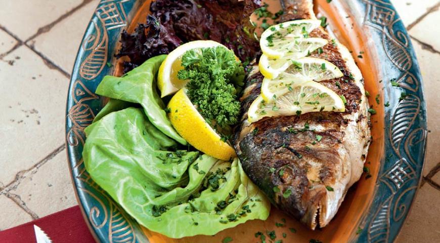Рецепт Дорада с чесноком и зеленью на гриле