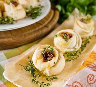 Рецепт Сливочные булочки с тимьяном, моцареллой и вялеными помидорами
