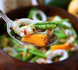 Рецепт Салат из кальмаров со спаржей, манго и авокадо
