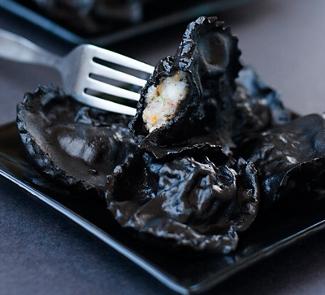 Рецепт Черные равиоли с кальмарами и креветками