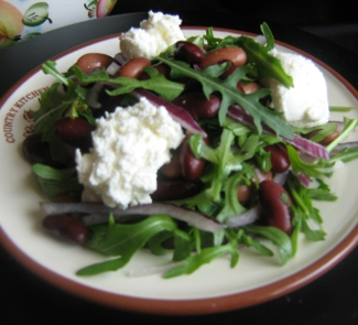 Рецепт Салат с фасолью, руколой и творожным сыром