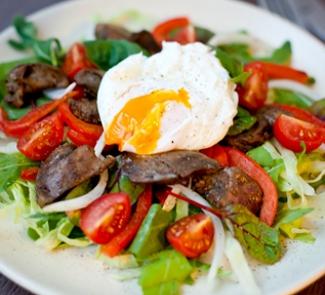Рецепт Теплый салат с куриной печенью и яйцом-пашот
