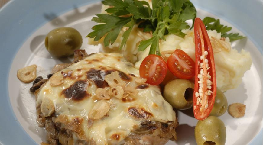 Рецепт Говядина с грибами и сырным картофельным пюре