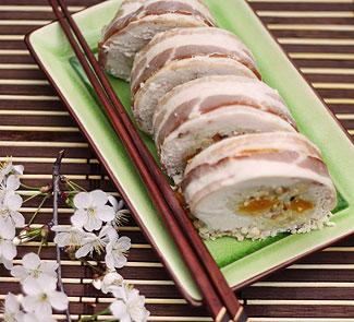 Рецепт Куриный рулет с абрикосами и беконом