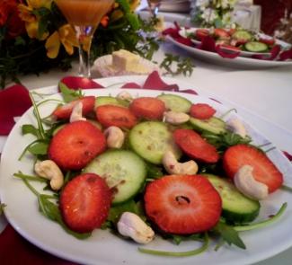 Рецепт Салат с рукколой и клубникой с заправкой из шампанского