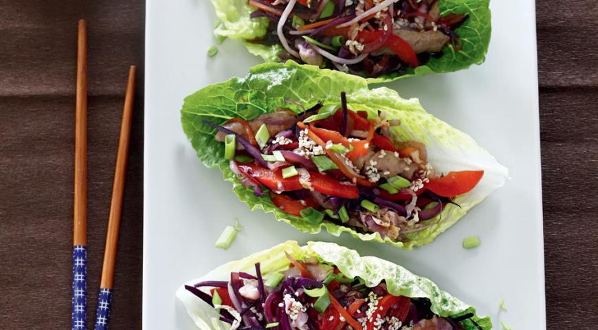 Рецепт Азиатский салат со свининой в салатных лодочках