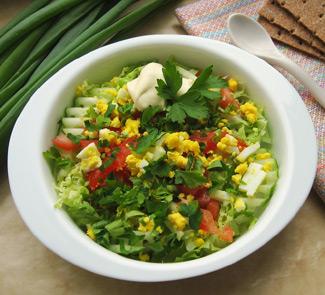 Рецепт Весенний салат с деревенскими яйцами и сметаной
