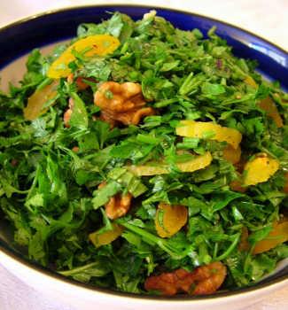 Рецепт Салат из зелени с курагой и грецкими орехами