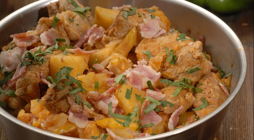 Рецепт Грудинка, тушенная с капустой и картофелем