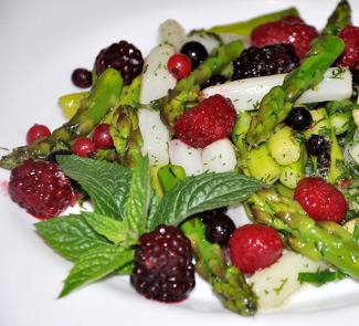 Рецепт Салат из спаржи и ягод
