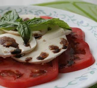 Рецепт Салат с моццареллой, помидорами и базиликом