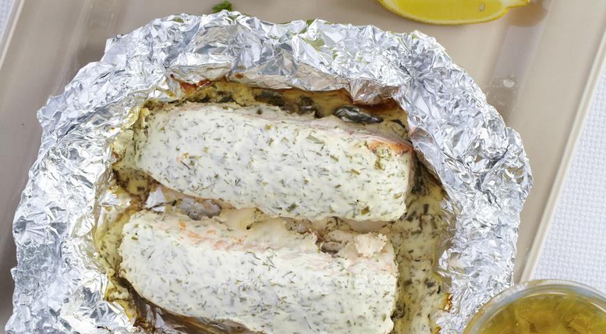 Рецепт Форель, запеченная в фольге со сметаной и зеленью
