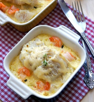 Рецепт Рыба, запеченная на подушке из лука порея и креветок, под кокосовым молоком и сыром