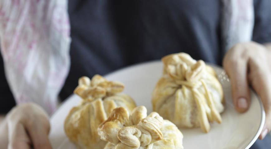 Рецепт Пирожки из пьяных слив с марципаном