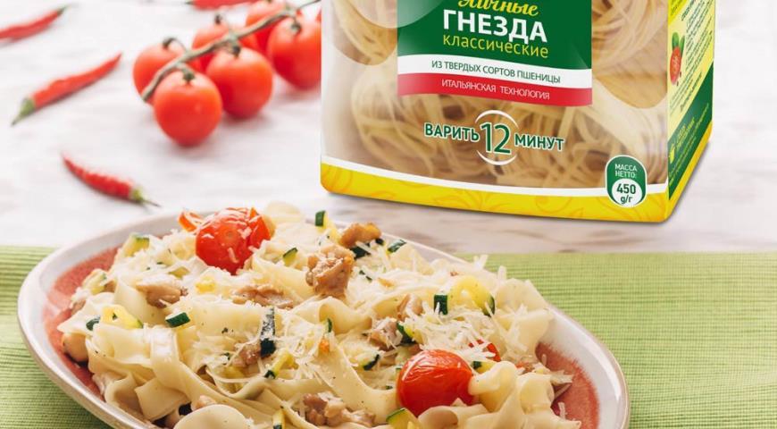 Рецепт Паста с курицей, цукини и запеченными помидорами
