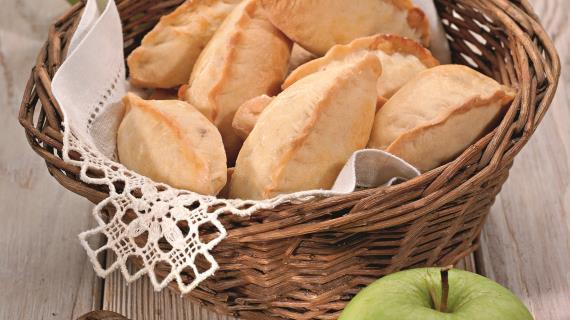 Пирожки с сыром, яблоками и мятой