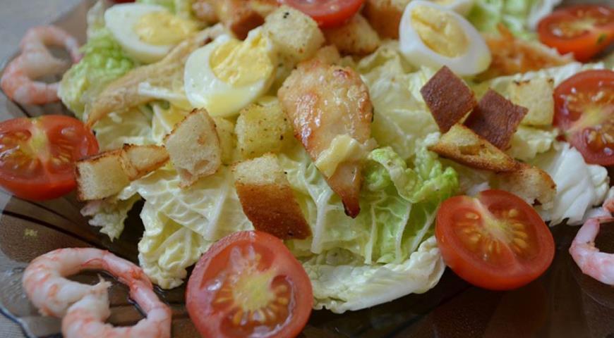 Рецепт Салат Цезарь с курицей и креветками