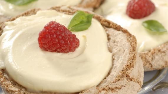 Миндальное пирожное с малиной