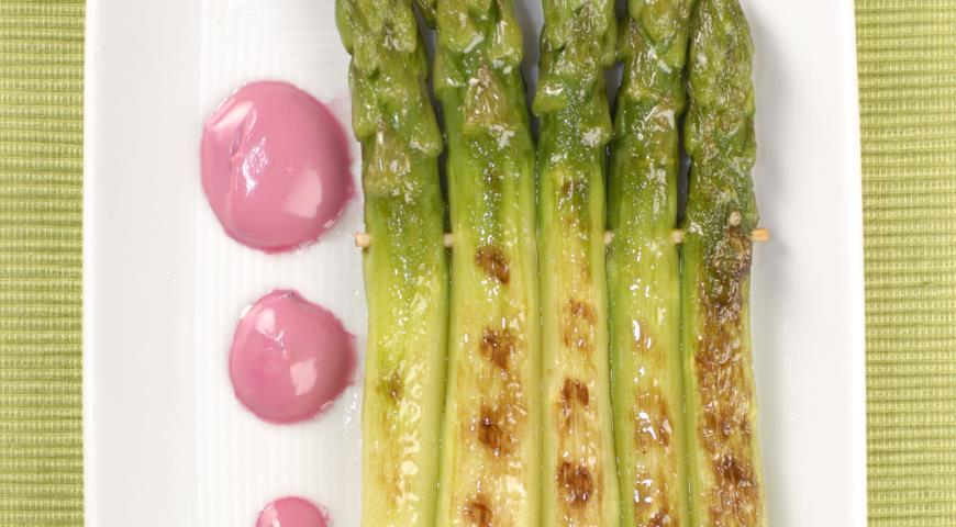 Рецепт Плотики из спаржи со свекольным соусом