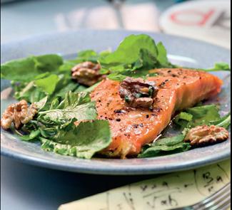 Рецепт Лосось с кресс-салатом и грецкими орехами