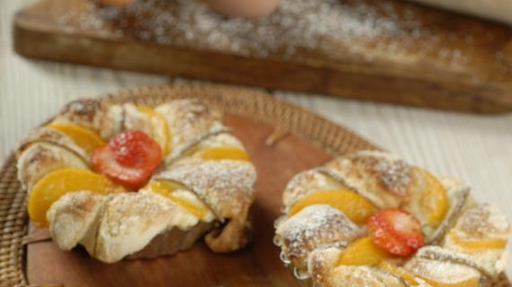 Корзиночки с персиками и грушами