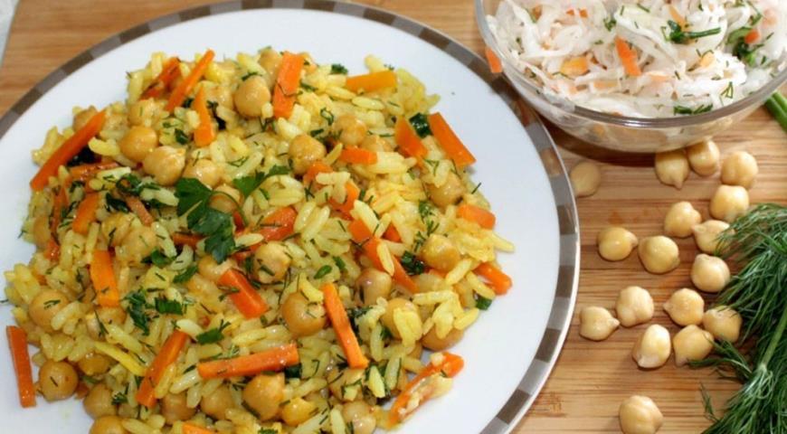 Рецепт Плов с нутом и салат из квашенной капусты