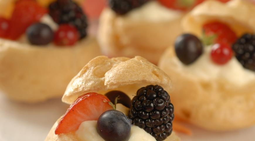 Рецепт Профитроли с ягодами и кремом