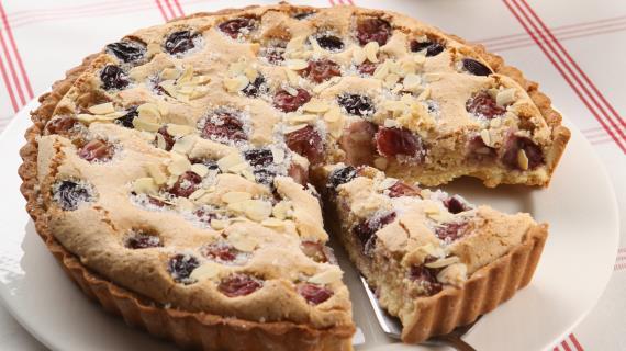 Пирог с виноградом и миндалем