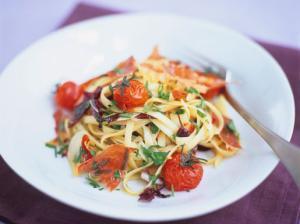 Теплый салат с лингвини