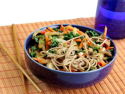 Рецепт Гречневая лапша с хрустящими овощами и соевым соусом