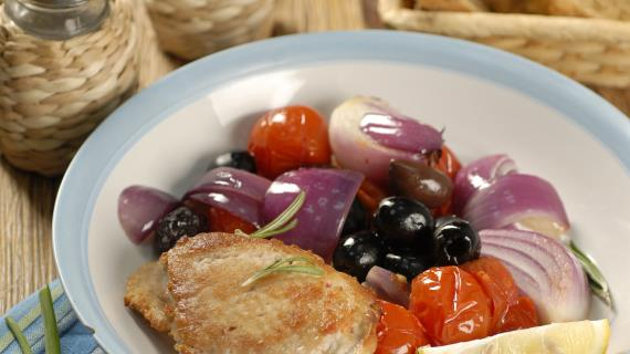 Свинина с помидорами и маслинами