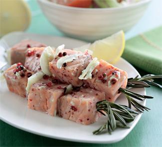 Розмариновые шашлычки из форели с овощным салатом, пошаговый рецепт с фото