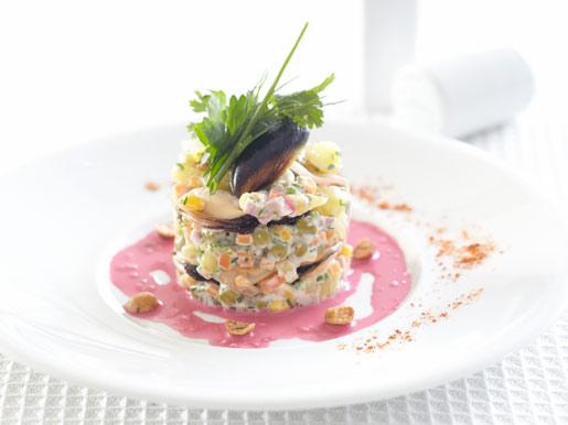 Рецепт Оливье с мидиями под свекольным соусом
