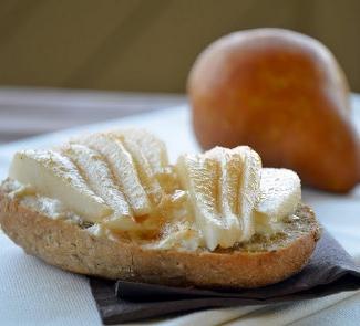 Рецепт Горячий бутерброд с грушей и творожным сыром