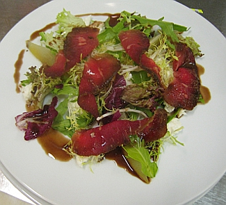 Рецепт Салат из бастурмы с грушей и сыром Моцарелла