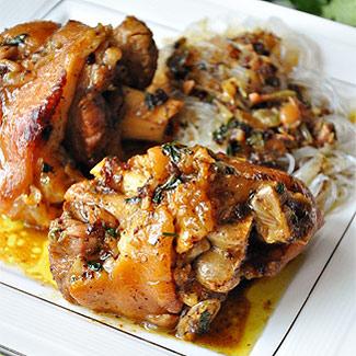 Рецепт Тушеные свиные ноги со специями и соевым соусом
