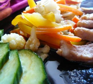 Рецепт Свинина с овощами и салатом из огурцов