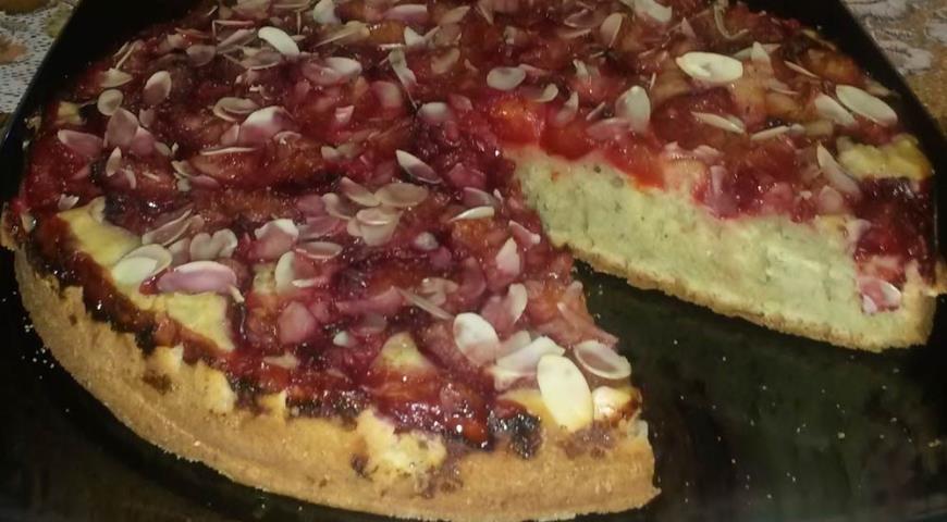 Рецепт Пирог с алычой и миндальными лепестками