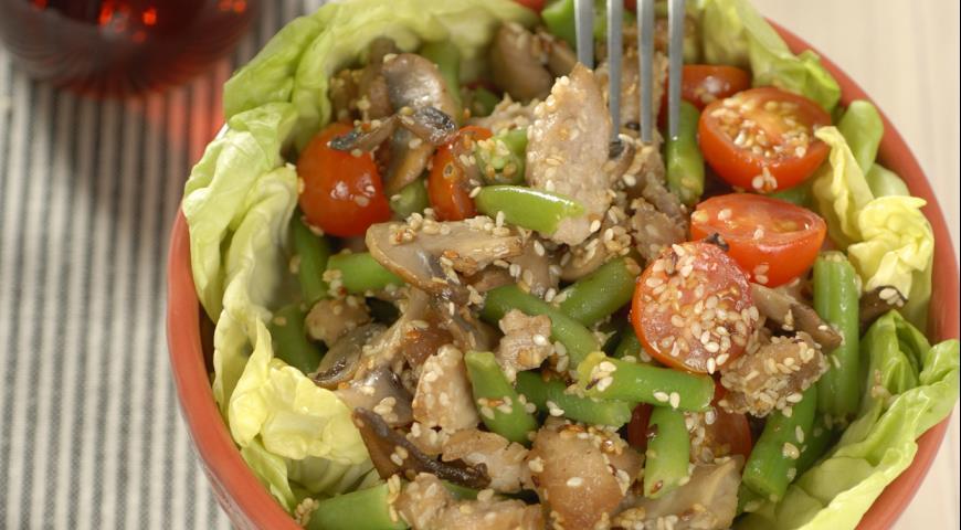 Рецепт Теплый салат с фасолью и свининой