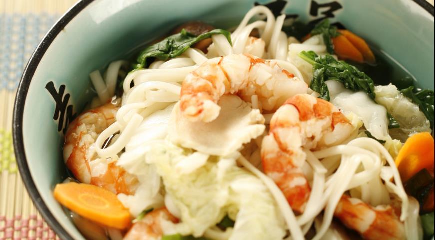 Рецепт Лапша удон с курицей, креветками и овощами