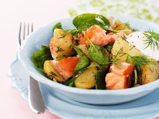 Рецепт Теплый салат из картофеля с лососем и шпинатом