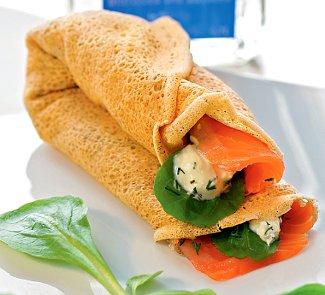 Рецепт Гречневые блины с острым зеленым салатом и семгой