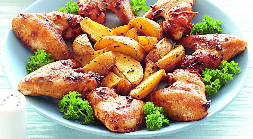 Рецепт Хрустящие куриные крылышки в пряной панировке с запеченным картофелем