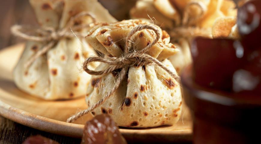 Рецепт Блинные «мешочки» с финиками и орехами
