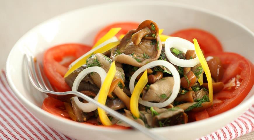 как приготовить салат из маринованные грибы