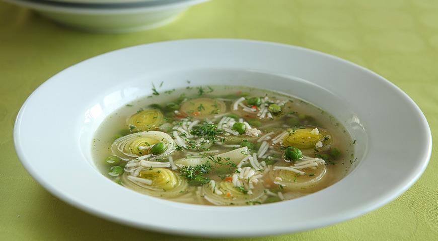 Рецепт Куриный суп с горошком, луком-пореем и укропом