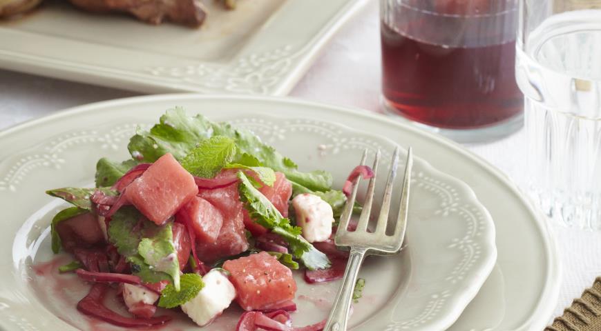 Рецепт Салат из арбуза с маринованным крымским луком и брынзой